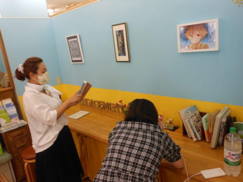 アンガージュマンよこすかの学習塾の様子。子どもが三ツ矢サイダーを傍において自習をしています。